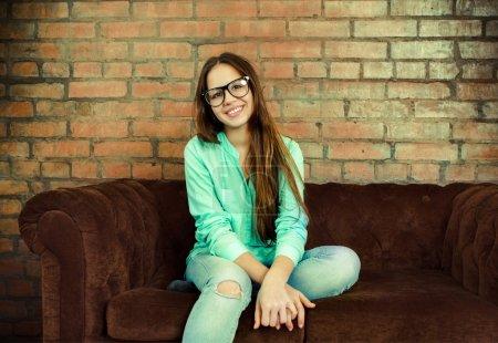 Photo pour Gros plan portrait d'une belle jeune fille mignonne dans le salon - image libre de droit