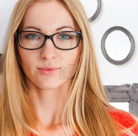 Portrait de la femme portant des lunettes de vue noires