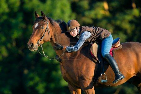 Photo pour Jeune femme monter à cheval, randonnées à cheval de retour. - image libre de droit