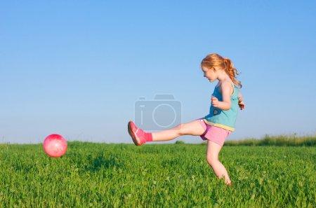 Photo pour Fille avec balle extérieure - image libre de droit