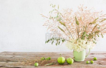 Photo pour Nature morte avec des fleurs en boîte en céramique - image libre de droit