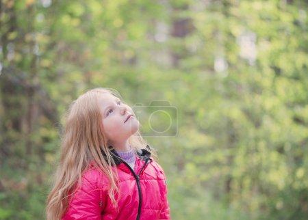 Photo pour Portrait de jeune fille souriante à l'extérieur - image libre de droit