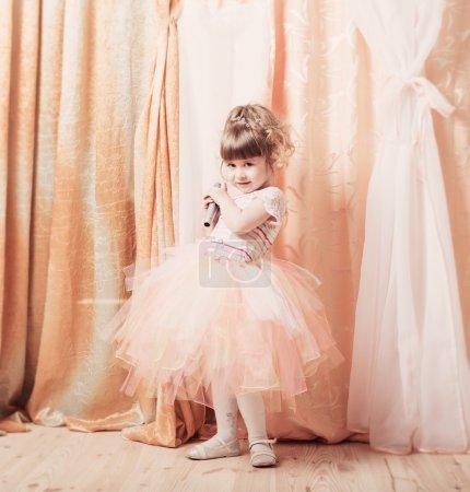 Photo pour Petite fille avec microphone intérieure - image libre de droit