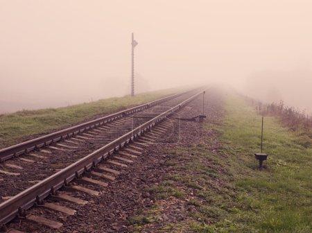 Photo pour Voie ferrée en plein jour brumeux - image libre de droit