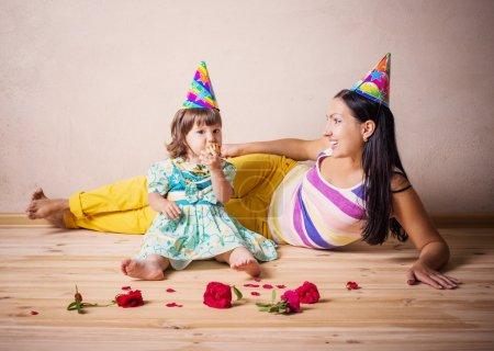Photo pour Mère et fille en chapeaux de fête - image libre de droit