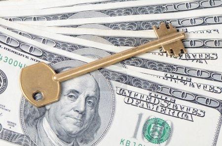Photo pour Billets en dollars avec une clé en gros plan - image libre de droit
