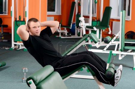 Photo pour Homme sur appareil de musculation de sportifs - image libre de droit