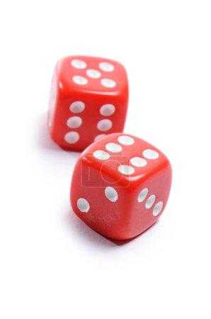 Photo pour Cubes rouges pour poker isolés sur blanc - image libre de droit