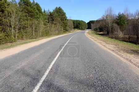 Photo pour Route asphaltée dans une campagne - image libre de droit
