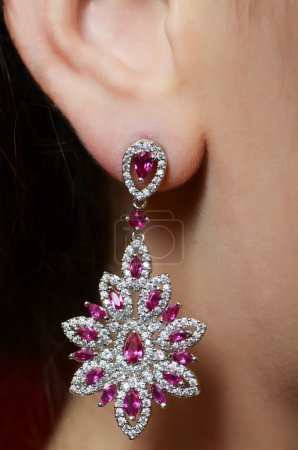 Photo pour Oreille féminine en bijoux boucles d'oreilles fermer - image libre de droit
