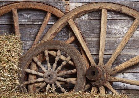 Photo pour Vieilles roues d'un chariot dans hangar - image libre de droit