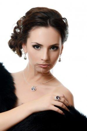 Photo pour Belle femme en gros plan des bijoux coûteux - image libre de droit