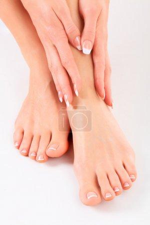 Photo pour Mains bien entretenues sur les pieds féminins - image libre de droit