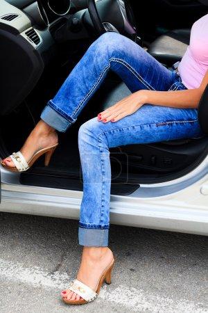 Photo pour Femme en voiture - image libre de droit