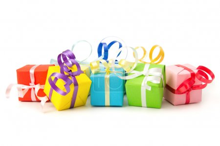 Photo pour Boîtes cadeaux multicolores avec ruban isolé sur fond blanc - image libre de droit