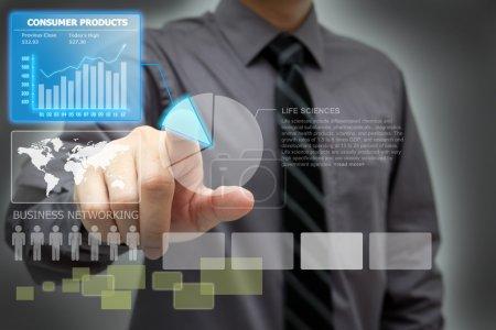 Photo pour Homme d'affaires analyser des données financières sur l'écran de l'interface virtuelle - image libre de droit
