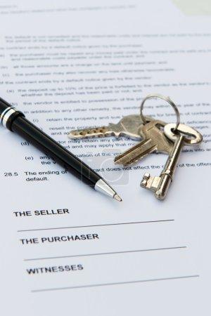 Photo pour Immobilier contrat avec stylo et clés - image libre de droit