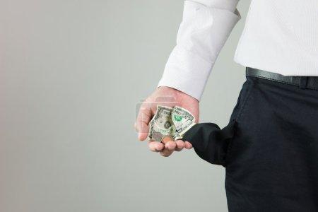 Foto de Hombre mostrando un poco de dinero en su bolsillo - Imagen libre de derechos