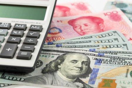 Photo pour Cent dollars américains et billets Yuan Chine avec calculatrice - image libre de droit