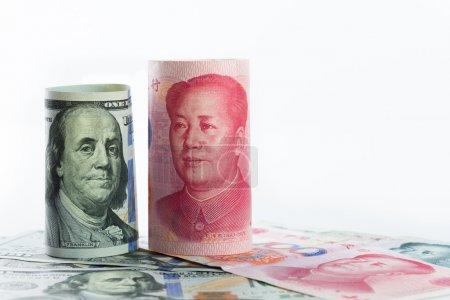 Photo pour Cent dollars américains par rapport à la monnaie chinoise Yuan - image libre de droit