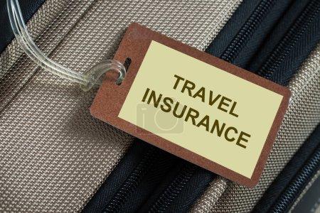 Photo pour Tag assurance voyage lié à un bagage - image libre de droit
