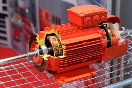 Photo pour Le moteur électrique rouge est présenté dans une coupe - image libre de droit