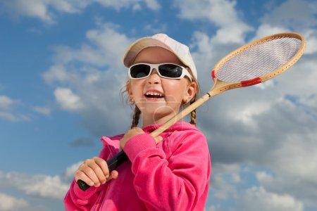 Photo pour Petite fille avec raquette pour badminton - image libre de droit