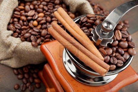Photo pour Moulin à café et sac avec grains de café - image libre de droit