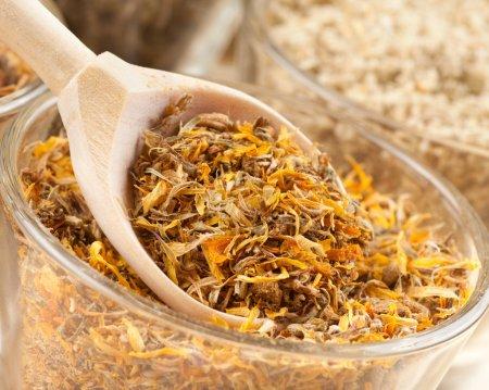 Photo pour Herbes médicinales dans la cuillère de bois closeup - image libre de droit