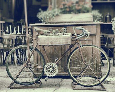Photo pour Vintage photo stylisée de vieille bicyclette transportant des fleurs - image libre de droit