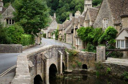Photo pour Le village pittoresque de conte de castle combe, à la frontière entre les cotswolds et wiltshire avec son pont caractéristique. l'Angleterre rurale à son meilleur. - image libre de droit