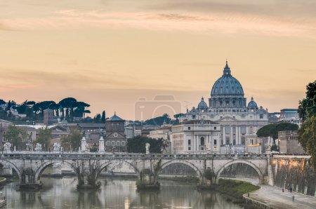 Photo pour Η παπική Βασιλική του Αγίου Πέτρου στο Βατικανό (Βασιλική κερκίδα ως θεατής di san pietro σε Βατικανό), κοινώς γνωστό ως του Αγίου Πέτρου Βασιλική βρίσκεται στην πόλη του Βατικανού στη Ρώμη, Ιταλία - image libre de droit
