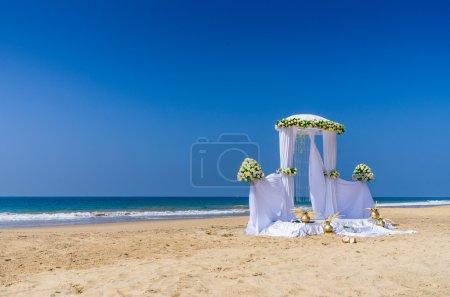 Photo pour Installation de mariage sur la plage tropicale - image libre de droit