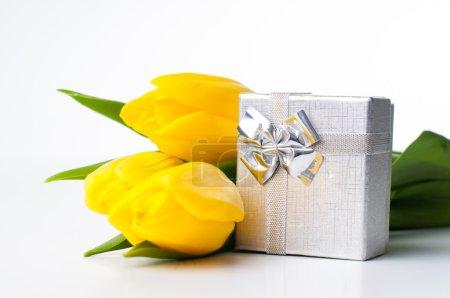 Photo pour Bouquet de tulipes et une boîte cadeau sur fond blanc - image libre de droit