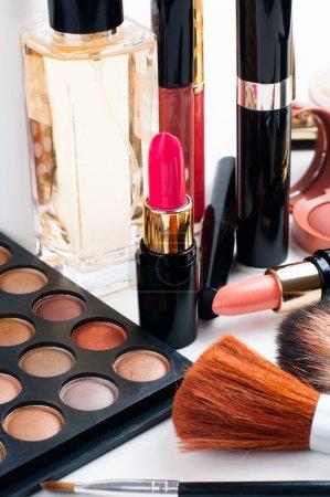 Photo pour Set de maquillage professionnel : palette de fards à paupières, rouge à lèvres, mascara, blush, poudre, pinceaux de maquillage et parfum, nombreux cosmétiques en gros plan . - image libre de droit