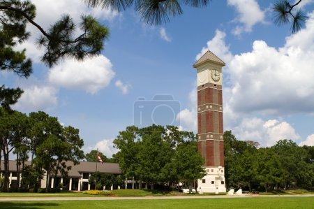 Photo pour Clocher au campus du Pensacola State College, un collège d'enseignement public situé à Pensacola, en Floride . - image libre de droit