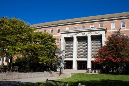 Photo pour Des étudiants marchent vers l'entrée du bâtiment d'enseignement de la biologie et de la psychologie sur le campus de l'Université du Maryland à College Park, MD, États-Unis . - image libre de droit