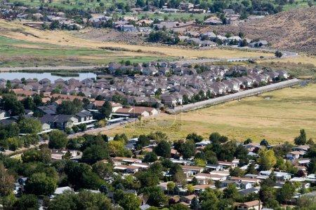 Photo pour Vue aérienne des quartiers de banlieue alors que les développements s'étendent dans les zones ouvertes environnantes à Reno, Nevada, États-Unis . - image libre de droit