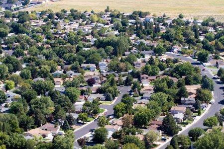 Photo pour Vue aérienne des banlieues de quartier autour de la ville de Reno, Nevada, USA - image libre de droit