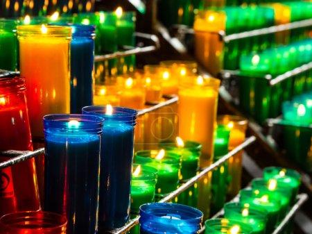 Photo pour Brûler des bougies de prière catholiques dans des lustres transparents - image libre de droit