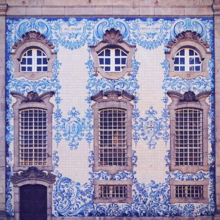 Photo pour Mur carrelé de l'église de Carmo à Porto, Portugal - image libre de droit