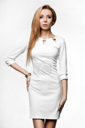 Photo pour Belle femme en robe blanche - image libre de droit