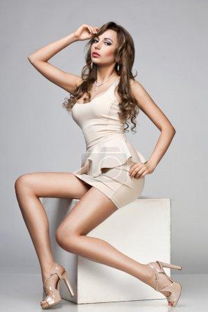 Foto de Hermosa mujer en vestido beige - Imagen libre de derechos