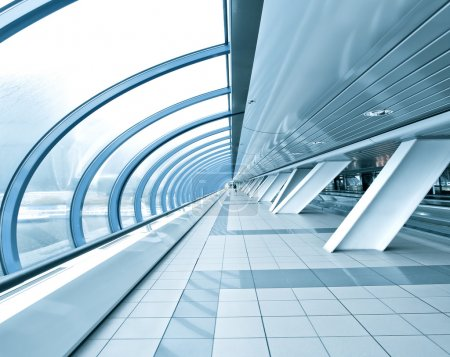 Photo pour Plafond bleu texturé à l'intérieur aéroport - image libre de droit