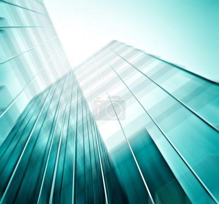 Foto de Panorámica y perspectiva amplia vista al fondo azul acero de rascacielos de edificios de gran altura de vidrio en el centro futurista moderno por la noche Concepto de negocio de arquitectura industrial exitosa - Imagen libre de derechos