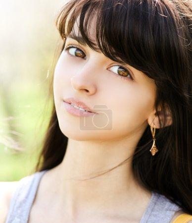 Photo pour Portrait de belle jolie jeune fille en plein air - image libre de droit