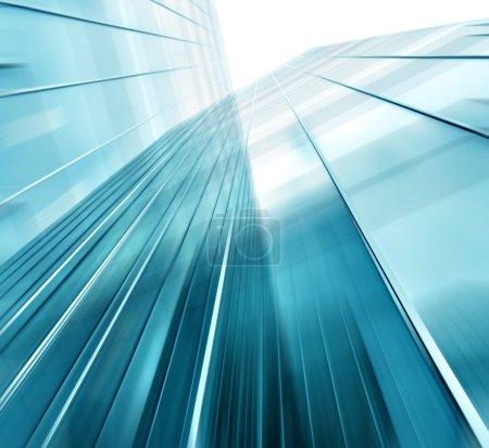 panoramische und prospektive Weitwinkelblick auf stahlhellblauen Hintergrund eines Glashochhauses Wolkenkratzer kommerzielle moderne Stadt der Zukunft. Geschäftskonzept erfolgreicher Industriearchitektur