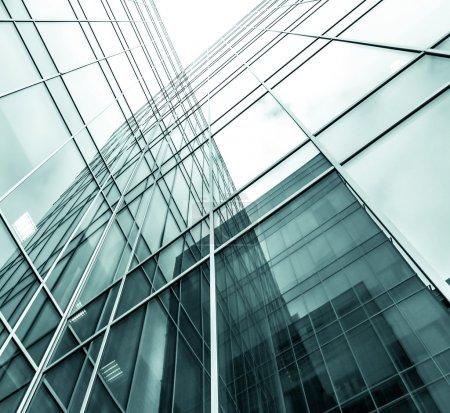Panoramique et prospective vue grand angle à l'acier fond bleu clair de verre gratte-ciel immeuble de grande hauteur commerciale ville moderne de l'avenir. Concept d'entreprise d'architecture industrielle réussie