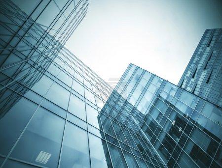 Photo pour Panoramique et prospective vue grand angle à l'acier fond bleu clair de verre gratte-ciel immeuble de grande hauteur commerciale ville moderne de l'avenir. Concept d'entreprise d'architecture industrielle réussie - image libre de droit