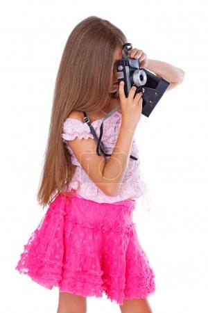 Photo pour Portrait de belle fille posant en studio avec caméra - image libre de droit